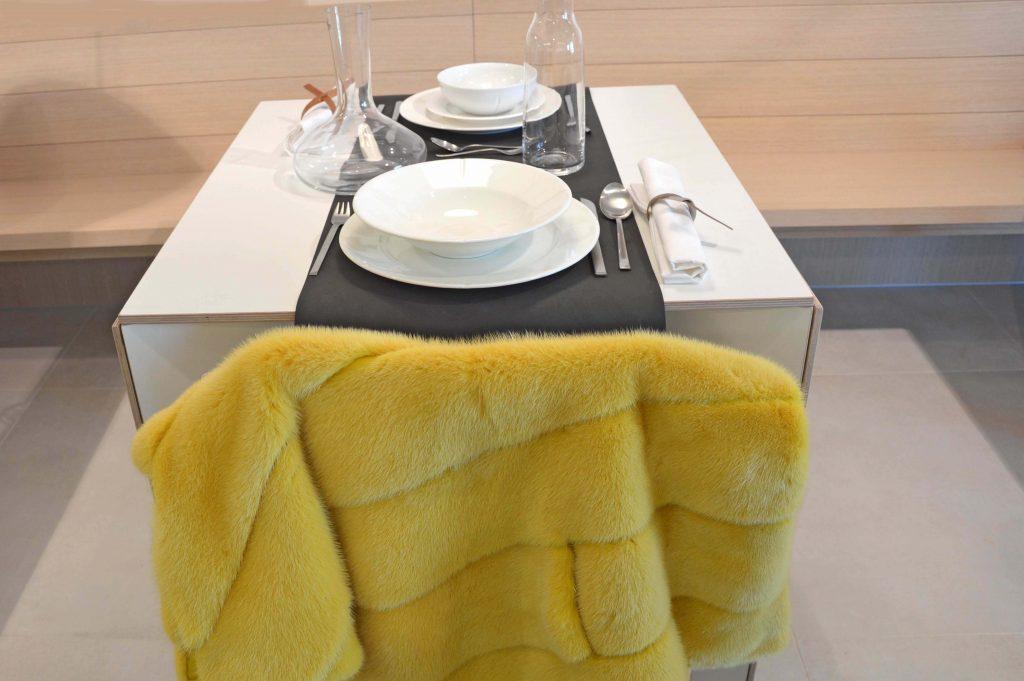Poncho in visone giallo