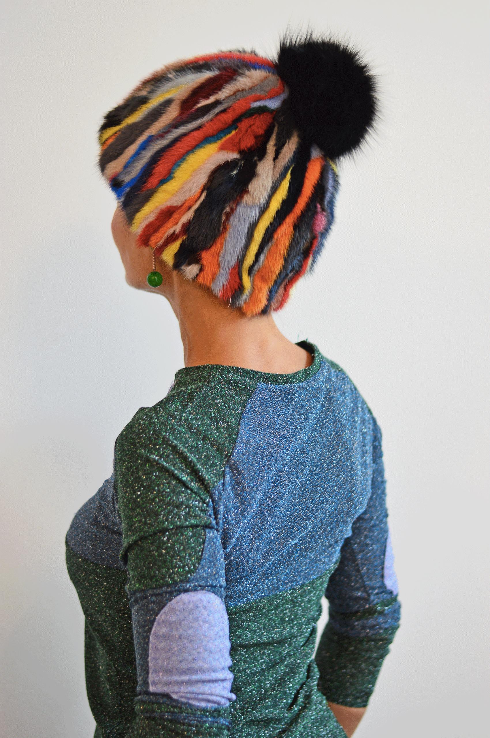 Cappello a cuffia in visone multicolor e pom pom nero