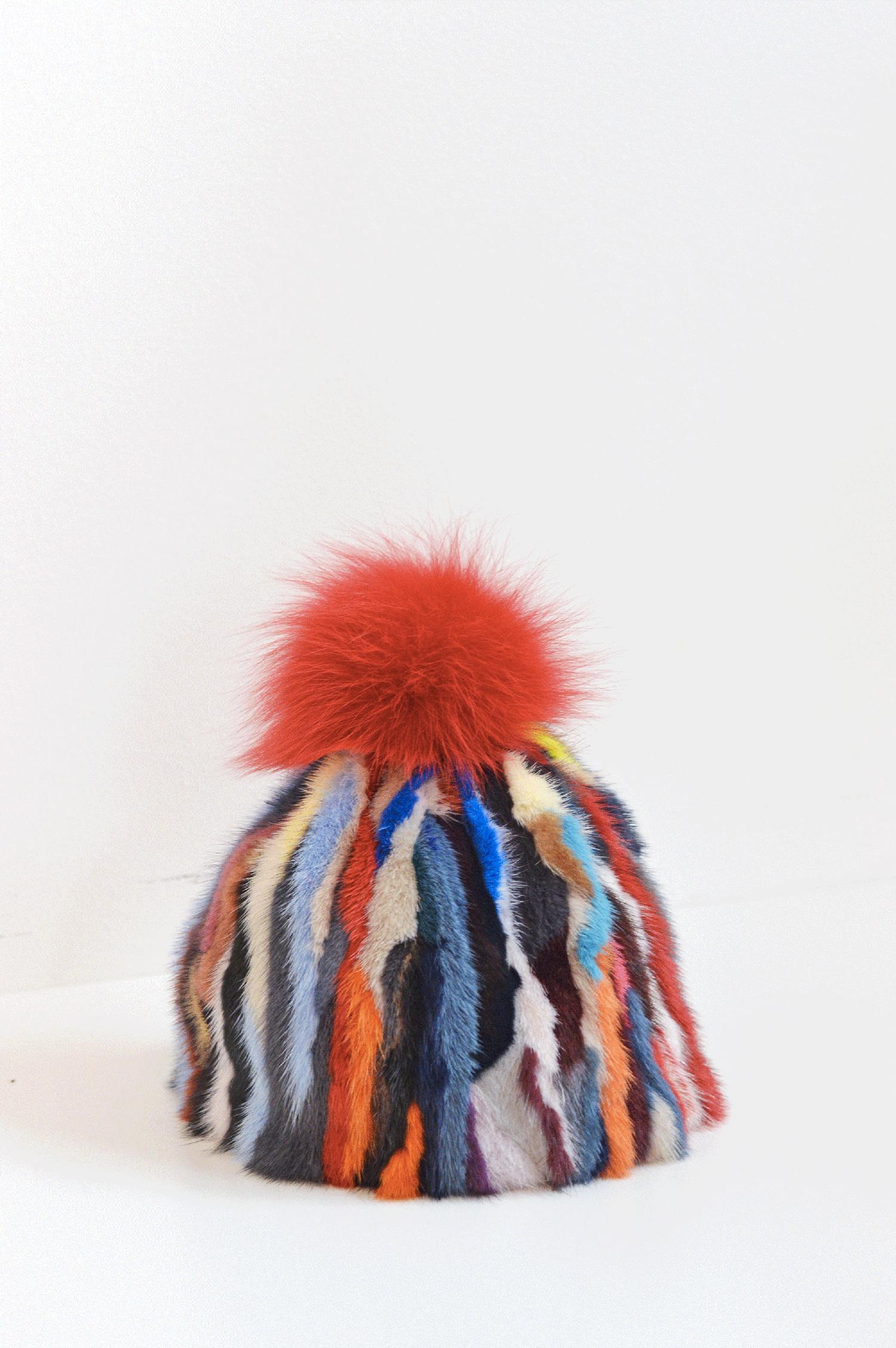 Cappello a cuffia in visone multicolor e pom pom rosso 98486c12aed2