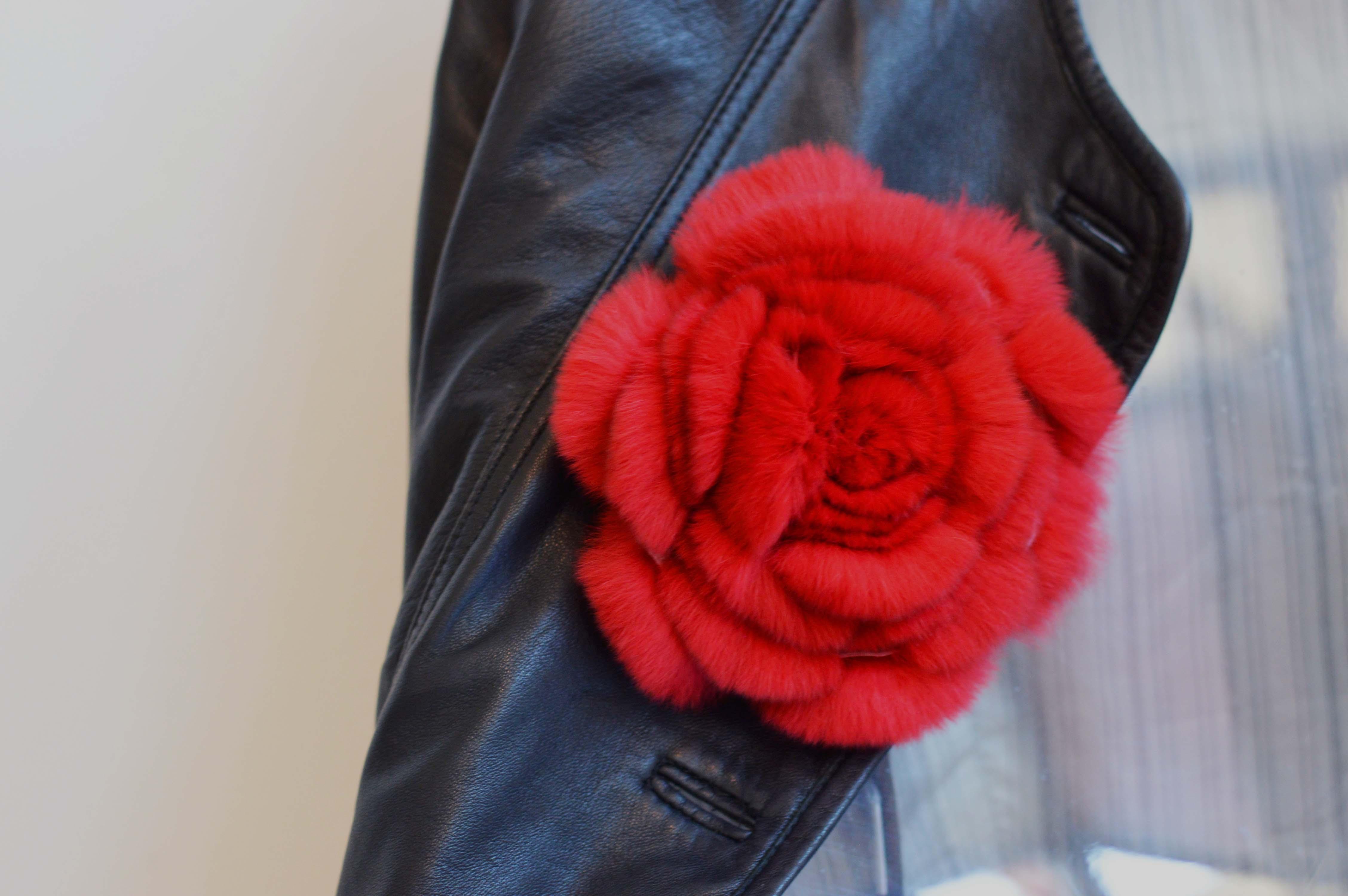 Spilla di pelliccia a fiore rex rosso