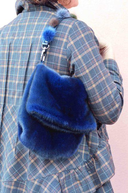 Borsa di pelliccia a sacchetto blu