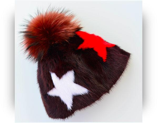 Cappello in visone intarsiato di stelle e pom pom in volpe