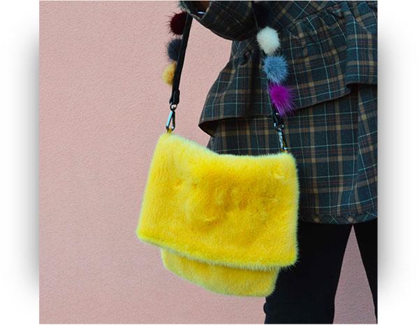 Tracolla borsa di pelliccia con pom pom di visone colorati
