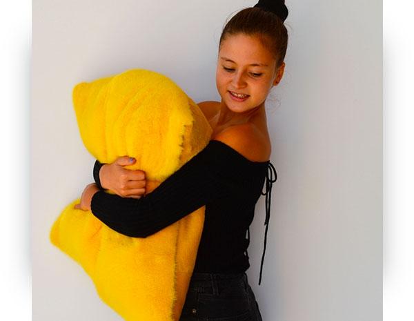Cuscino di pelliccia visone e rex rasato di colore giallo