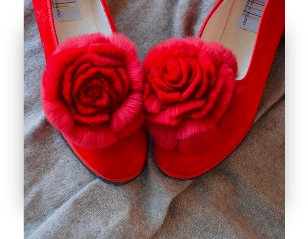 Pantofole con pelliccia: babbucce con rosa riciclata e colorata