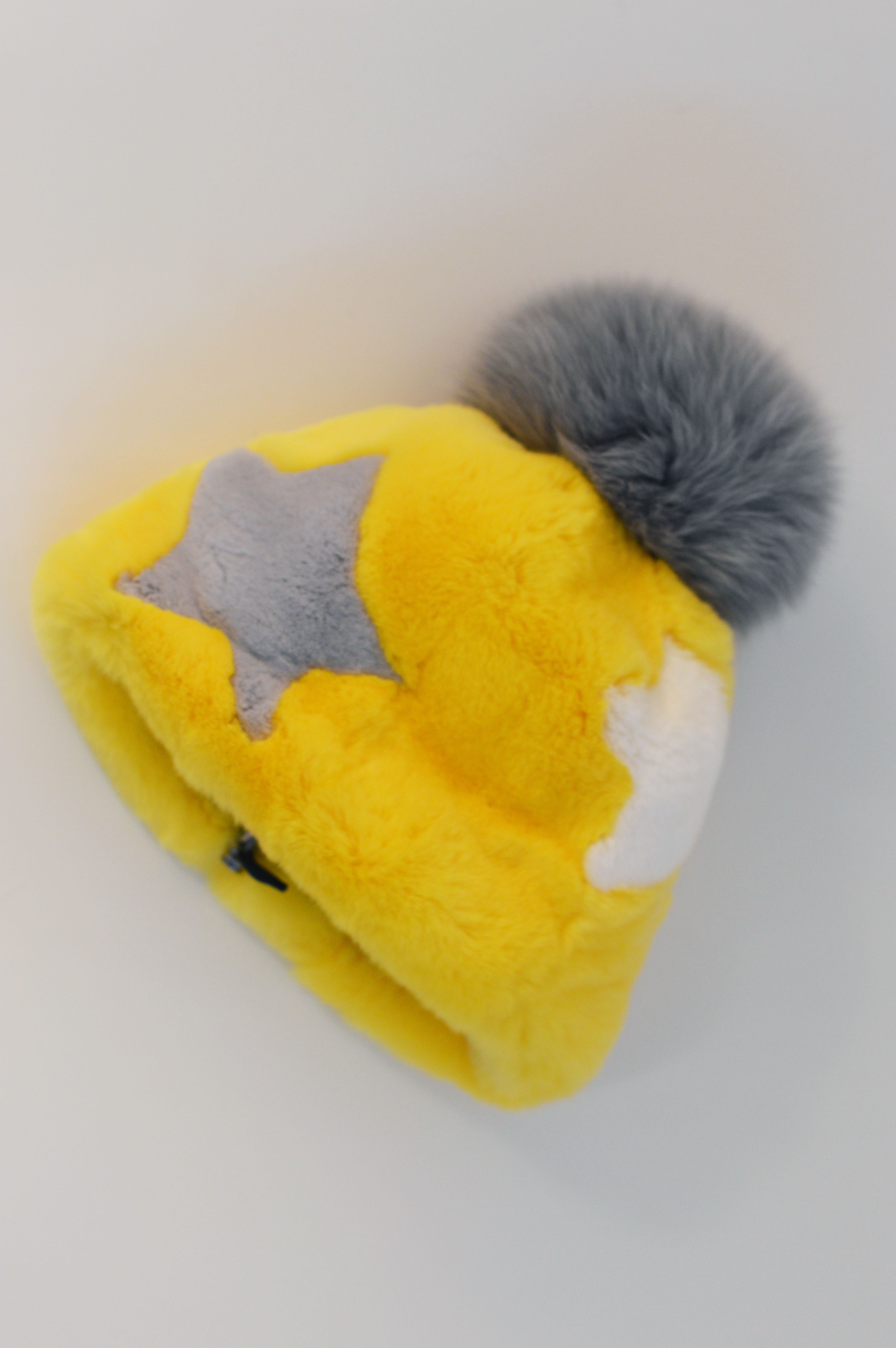 Cappello di pelliccia a cuffia intarsiato con stelle bianca e grigia
