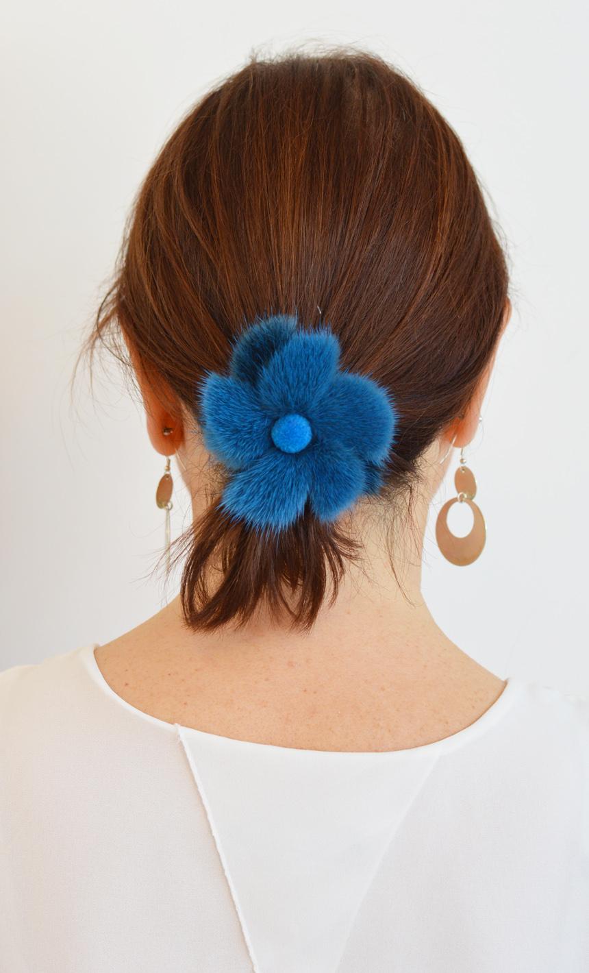 Elastico capelli in pelliccia di visone colorato di azzurro