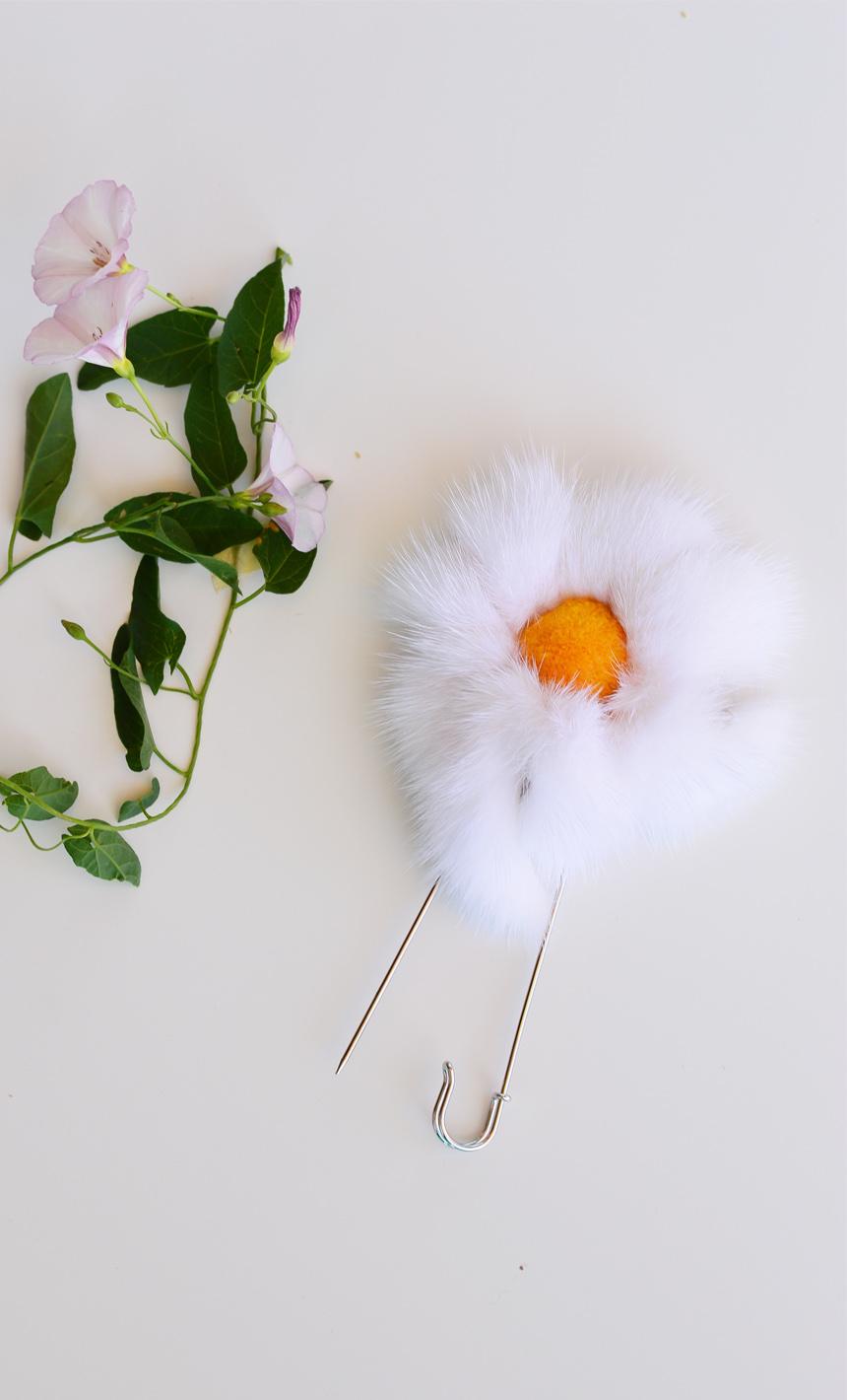 Spilla a fiore: spillone in pelliccia di visone con petali bianchi