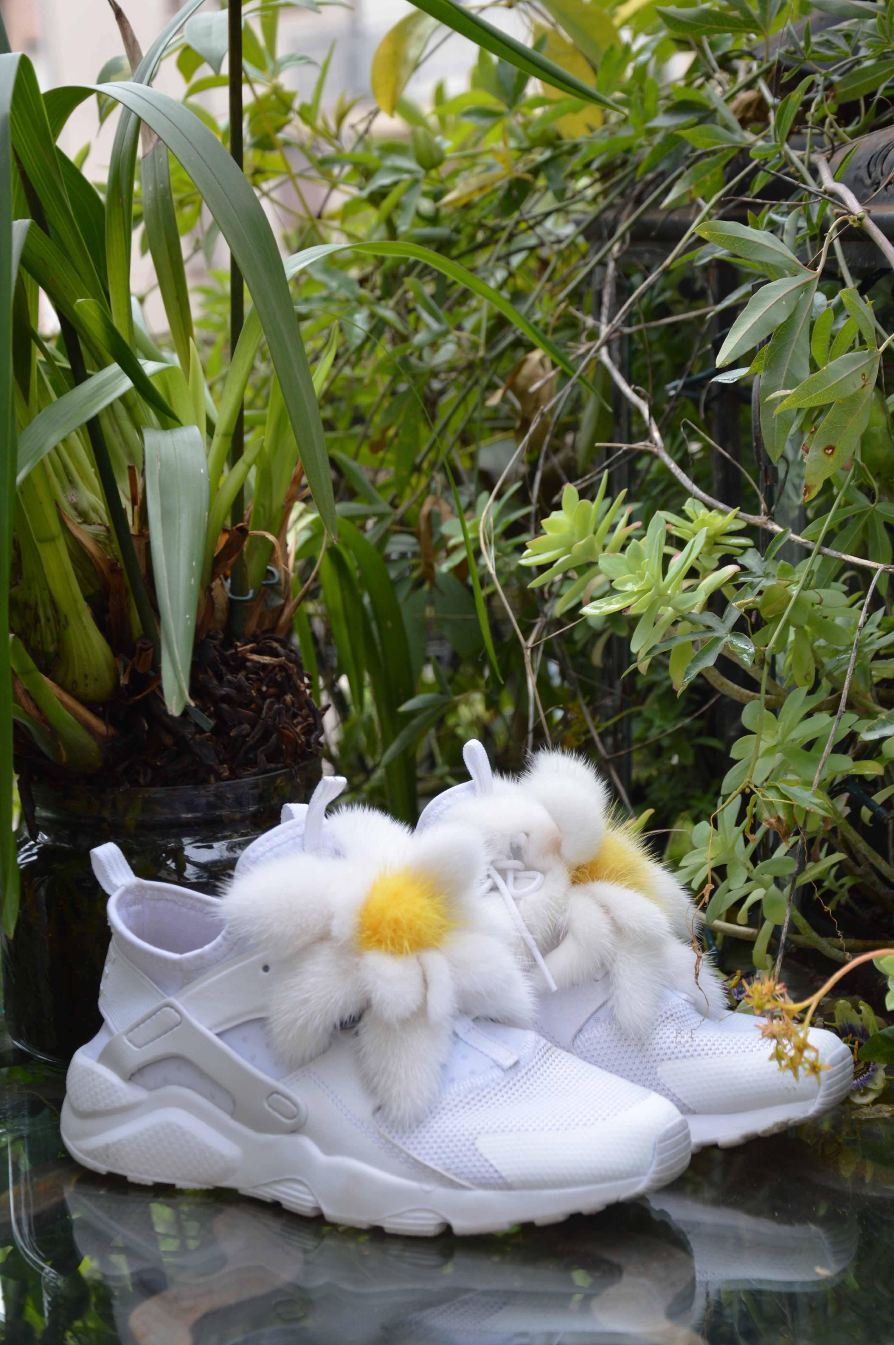 Spilla a fiore: charm in pelliccia di visone con petali bianchi