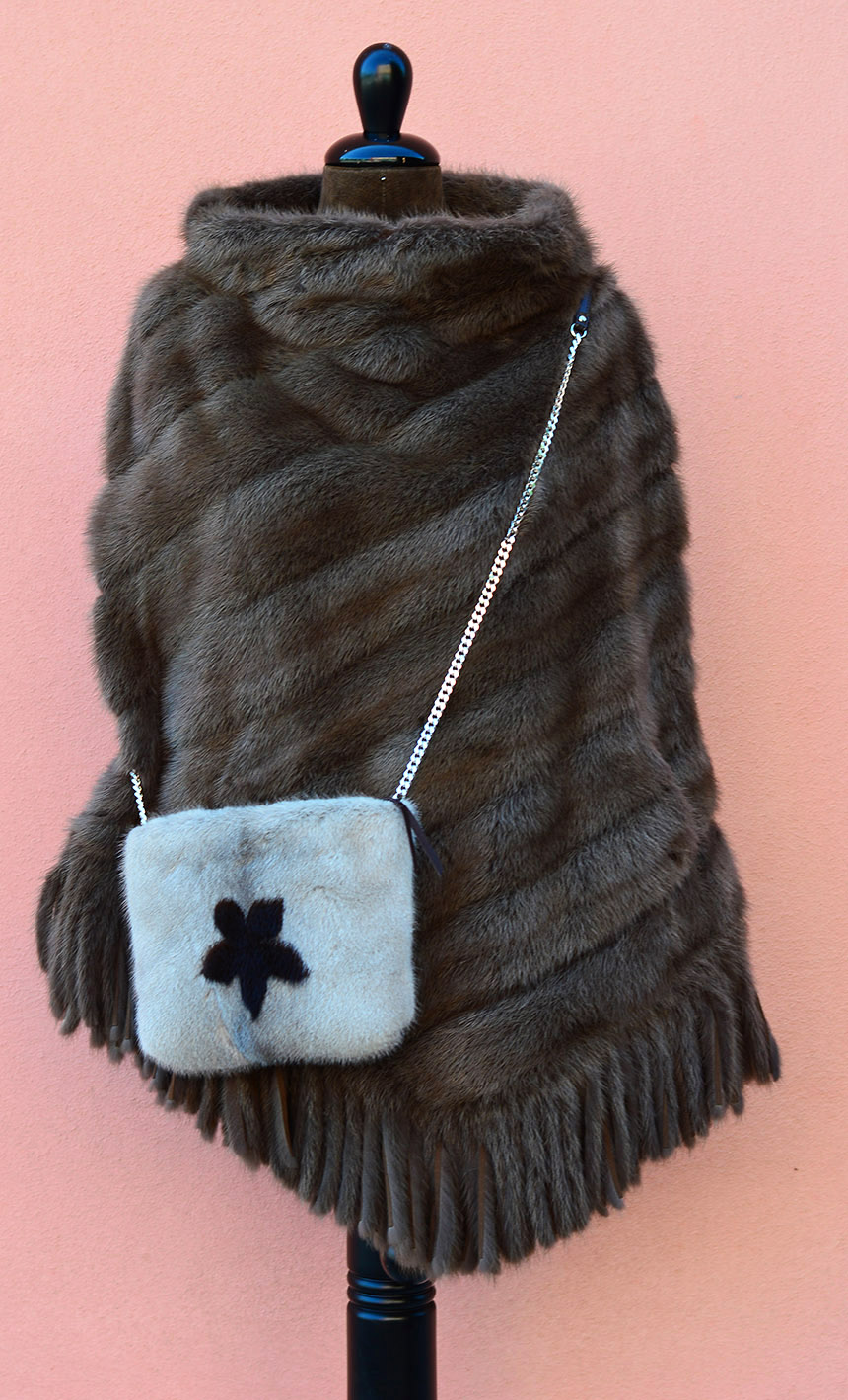 Borsa invernale: bag in pelliccia beige e marrone con catena