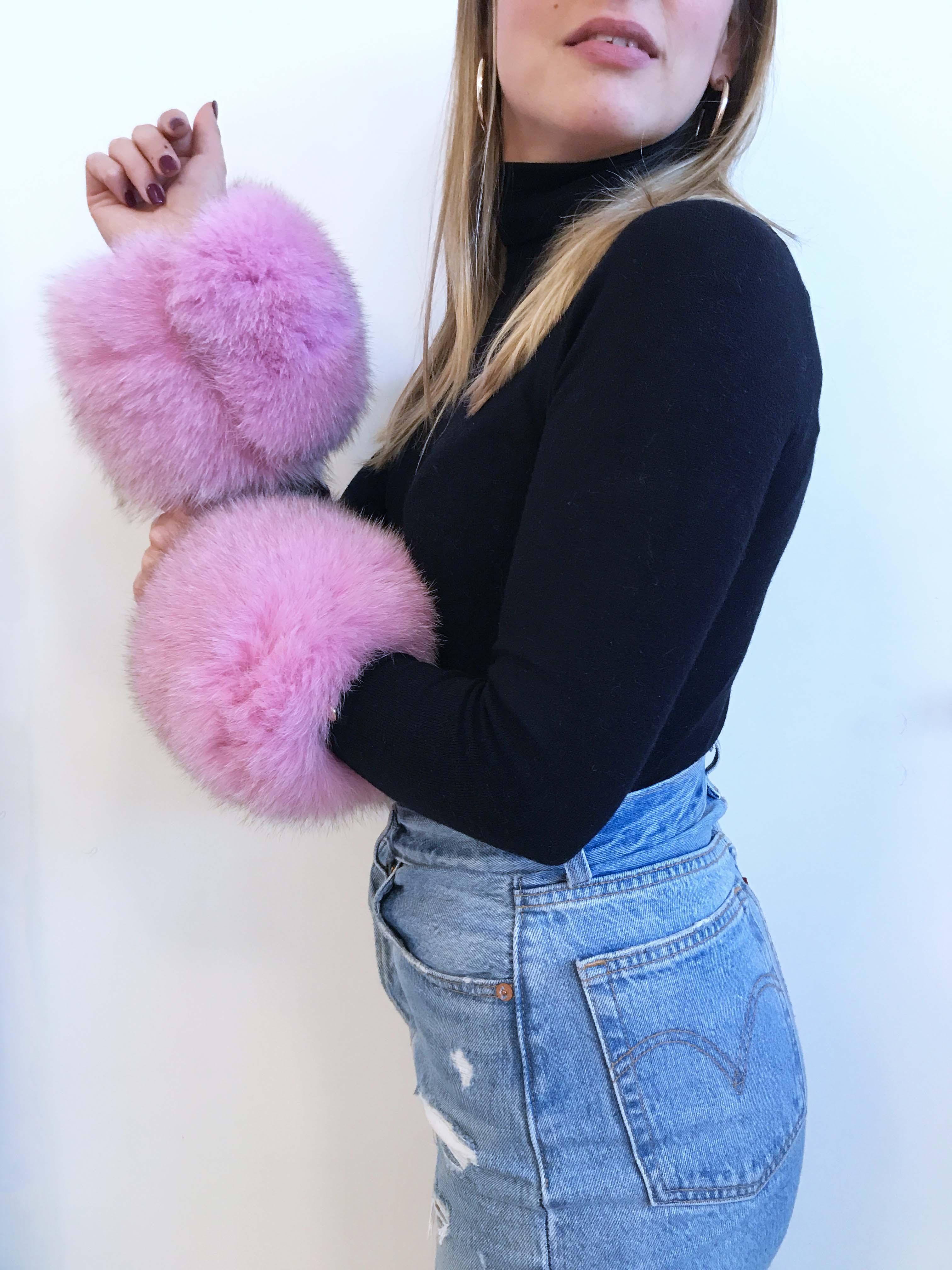 Polsini di pelliccia rosa pastello in volpe rimessa a modello