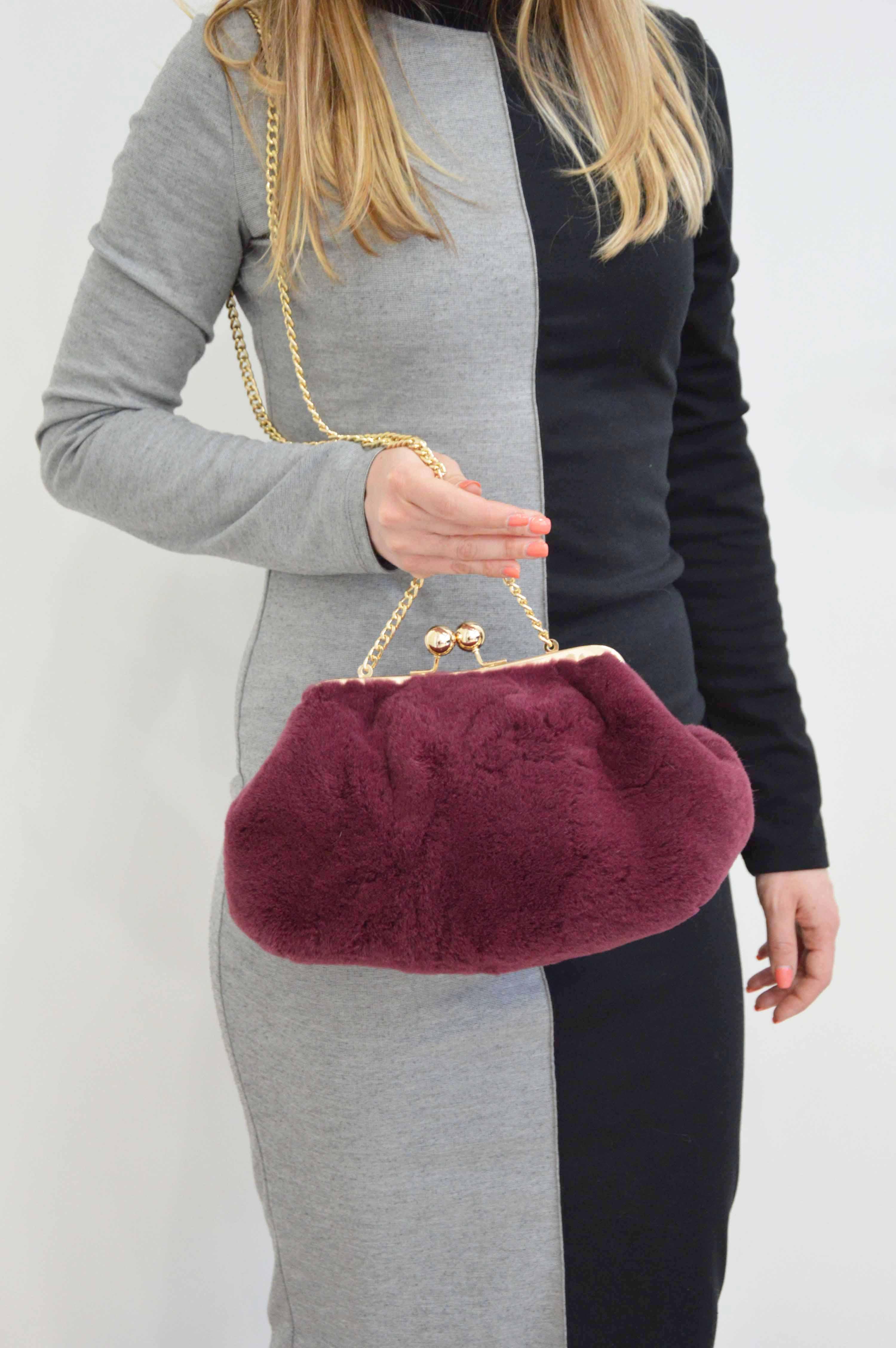 Pasticcino bag: borsa clutch di pelliccia con catena e apertura a scatto