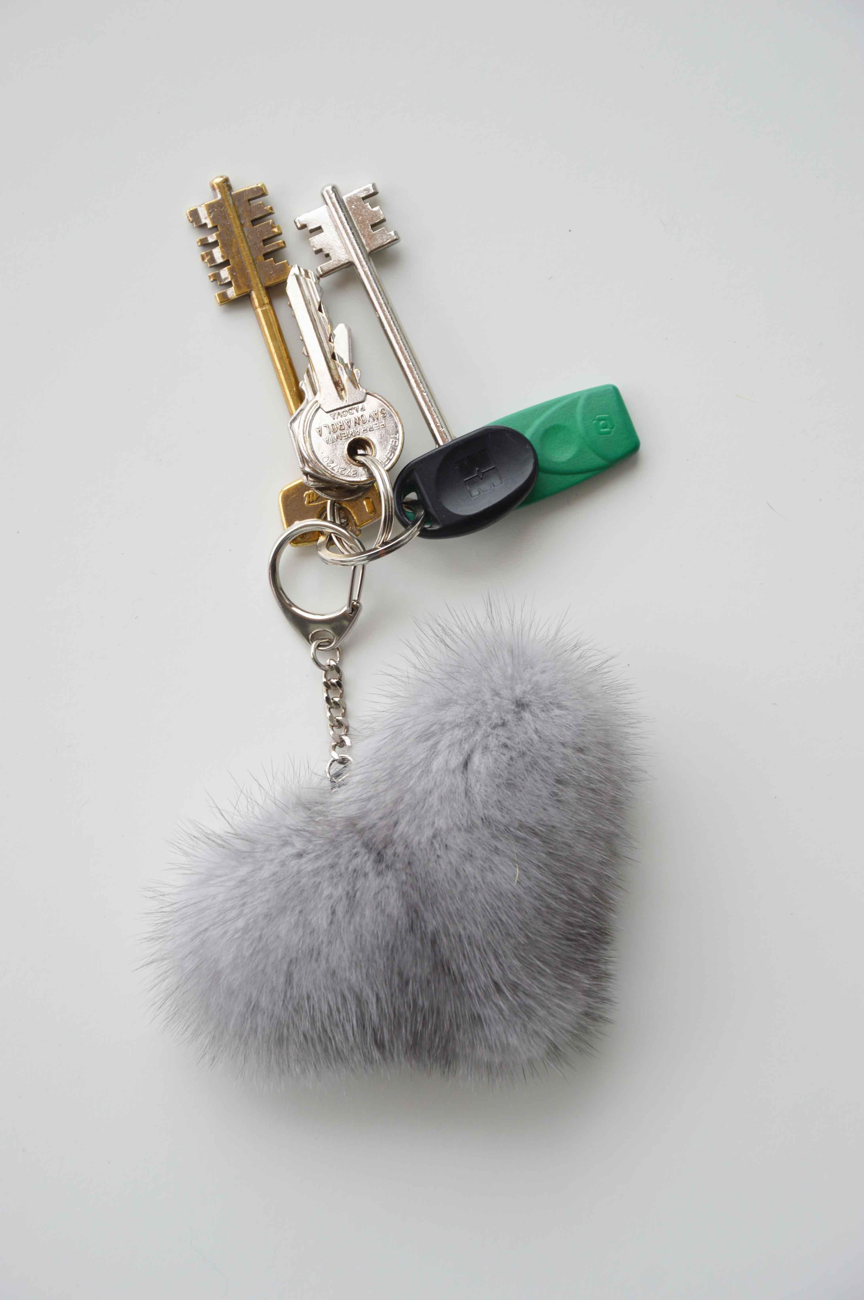 Portachiavi cuore in pelliccia di visone grigio perla riciclato